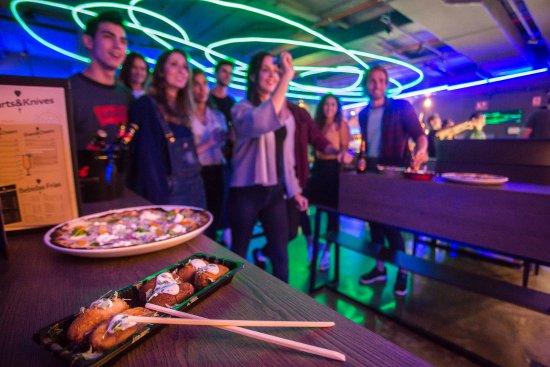 Viladecans, Spanien: En The Strad Club puedes comer mientras juegas a los dardos.