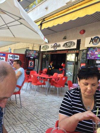 Legends Bar La Pineda: столики на улице