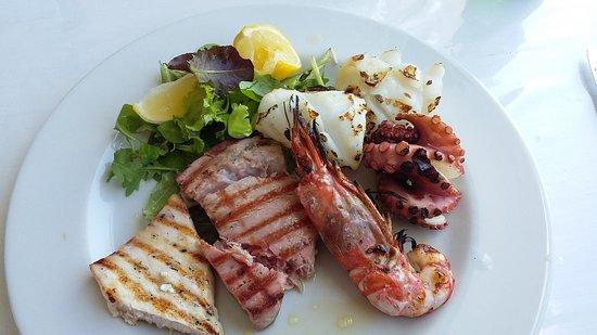Délicieuse assiette de poissons et produits de la mer grillés