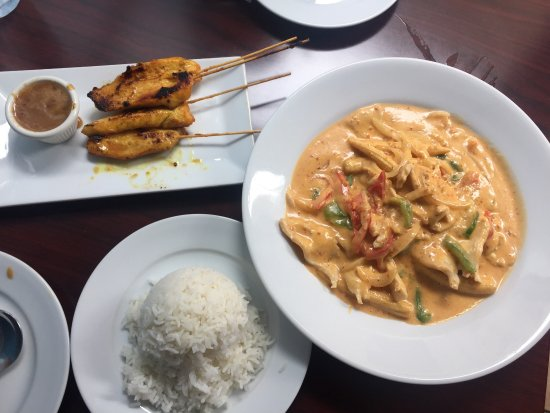 Emmanuel Thai Restaurant: The most delicious Thai food ~ Penang Curry with a side of white rice, and chicken satay. Cold,