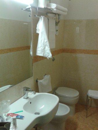 Croce di Malta Hotel: bagno con picolo lavabo