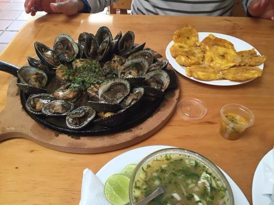 Los Cebiches De La Ruminahui: El lugar tiene comida exquisita, es el mejor cebiche que he probado, la atencion es rapida.