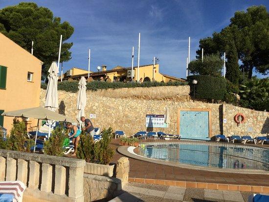Club Santa Ponsa: on apperçoit le restaurant et sa terrasse vue de la piscine