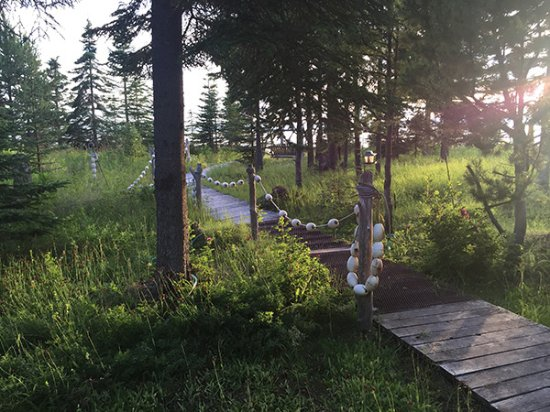 Kasilof, AK: Walkway to edge of bluff from outdoor fire pit and sitting area.