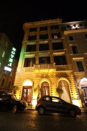 Hotel Raffaello: The hotel's beautiful exterior at night