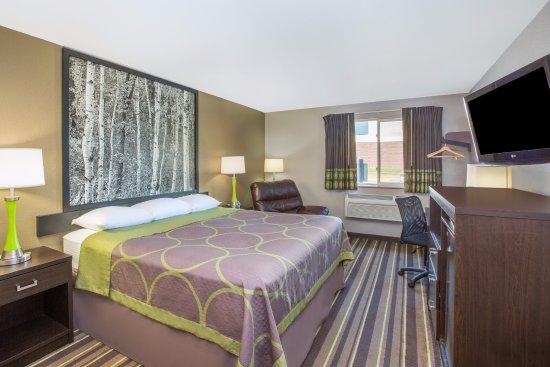 Super 8 By Wyndham Brookings: Standard King Bedroom W/Recliner