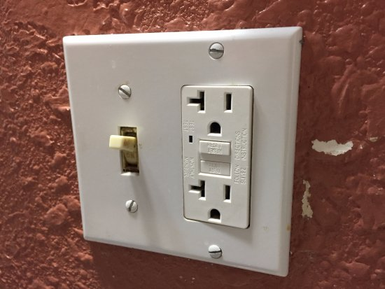 Palmyra, MO: Outlet not working! And installed incorrectly.