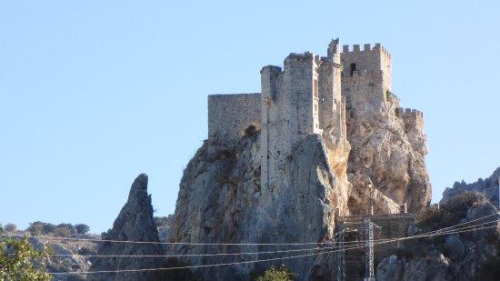 Zuheros, Espanha: El castillo visto desde la carretera antes de llegar al pueblo