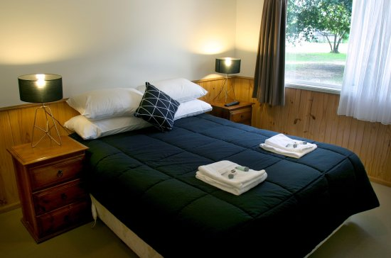 Shoalhaven, Australia: Tall Timbers Spa Cabin - main bedroom