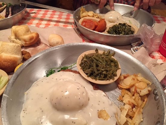 Ozark, Миссури: Food is served in huge skillets, this is the small chicken fried steak!