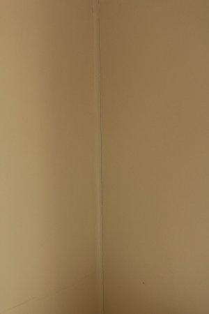 St. Ives Holiday Village: Cracks in walls
