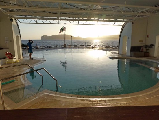 El Faro Hotel: Partly covered pool on the ground floor with poolside bar and sunloungers and view