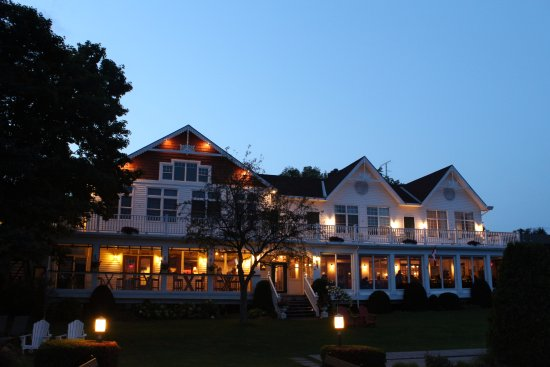 Glen House Resort: Main Lodge from the Riverfront