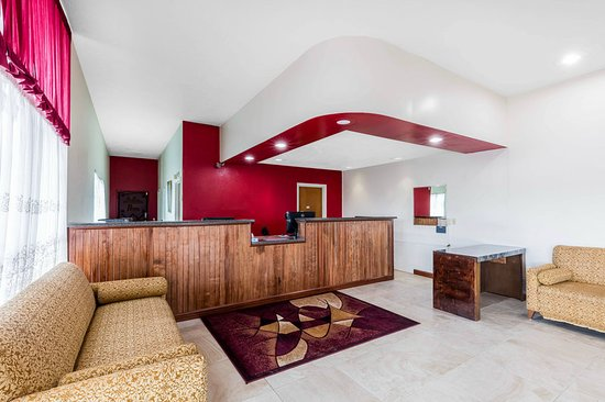 Econo Lodge Inn and Suites: Lobby