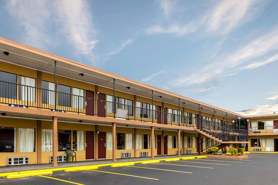 Econo Lodge Inn and Suites: Exterior