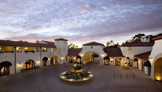 Голета, Калифорния: Unwind at our hotel showcasing Mediterranean architecture and stunning surroundings.