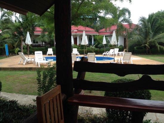 Hana Lanta Resort: 部屋の前にはくつろげる場所がある