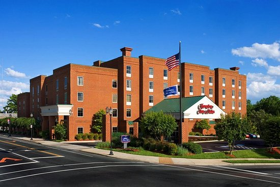 Hampton Inn and Suites Charlottesville - At The University: Hotel Exterior