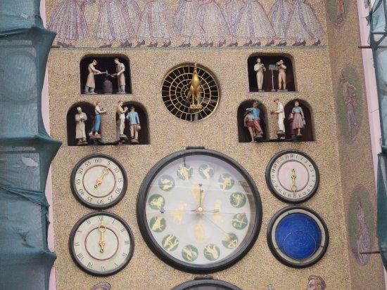Astronomical Clock: 整點會有表演唷
