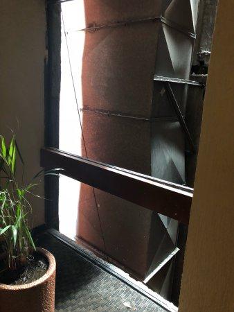 Sevilla Palace: Peligrosa la parte del pasillo sin vidrio en el piso 19...duro asi todo el dia (sabado 29 oct 20