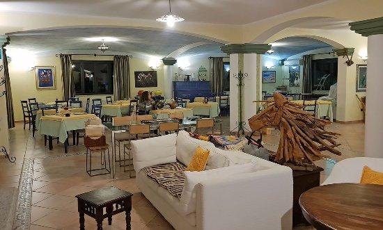 Bitti, Ιταλία: una parte del ristorante. Oltre a questa c'è una sala più ampia e posti intorno (esterni, ripara