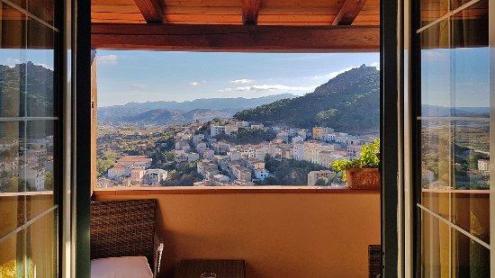 Bitti, Ιταλία: Scattata dall'interno della camera. Si vede il balcone e il bellissimo panorama