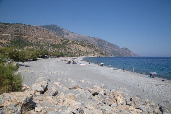 La spiaggia di Sougia inquadrata da ovest verso est.