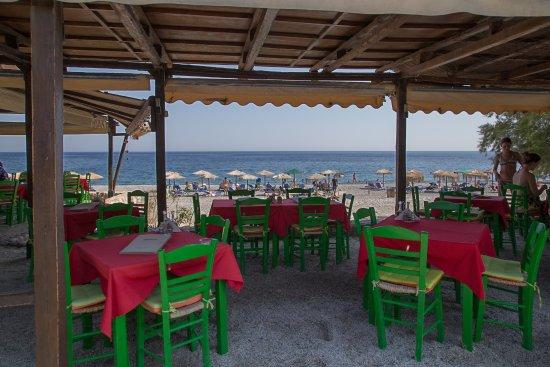 La spiaggia di Sougia attraverso la veranda di uno dei molti ristoranti.