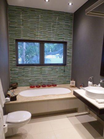 Four Rosmead: Good sized bathroom