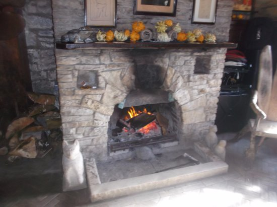 Worth Matravers, UK: Blazing log fire