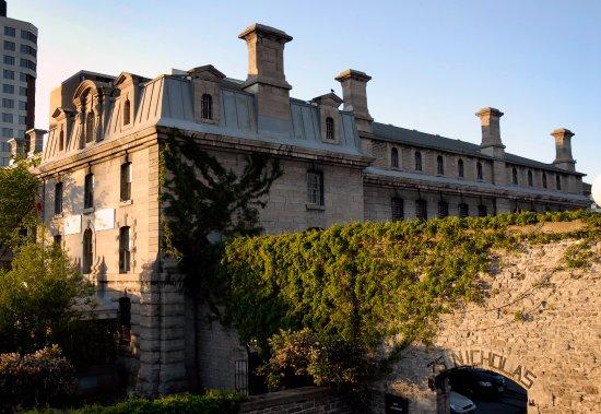 HI Ottawa Jail Hostel: Vue de l'auberge à partir de la rue Nicholas