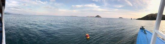 Pulau Komodo, Indonesia: Ein Blick vom Boot auf den Strand