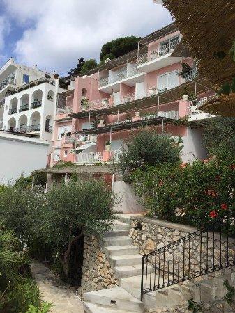 Hotel La Vega: Vista da fachada dos fundos com suas sacadas voltadas para o mar.