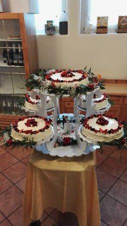 Pasticceria Corradi Torta nuziale decorata con fiori veri