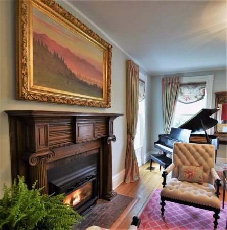 Skaneateles, Estado de Nueva York: Formal sitting area with gas fireplace and baby grand piano