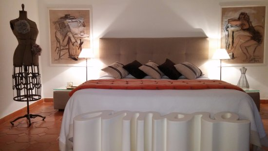 La Bruissanne: Spacious Marius King bedroom with lovely decor.