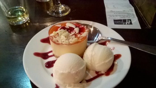 Holiday Inn Express Manchester Airport: Cheesecake and icecream