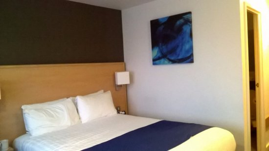 Holiday Inn Express Manchester Airport: Roomy bedrooms