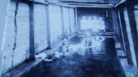 Conway, Νότια Καρολίνα: Picture of first pool in town (Capt Jim explains its history)