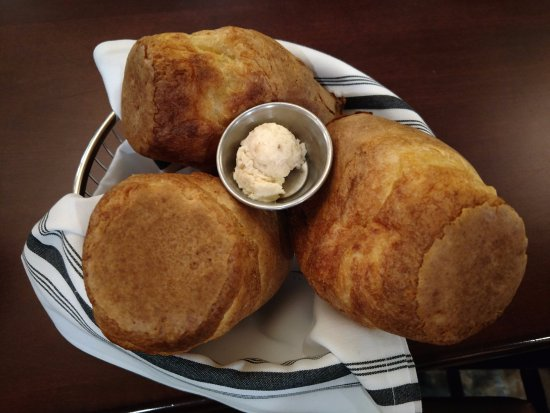 West Fargo, Dakota del Norte: Homemade popovers with every meal served with a salted caramel butter.