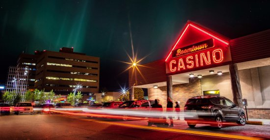 Fort McMurray, Kanada: Northern lights and down town entertainment.