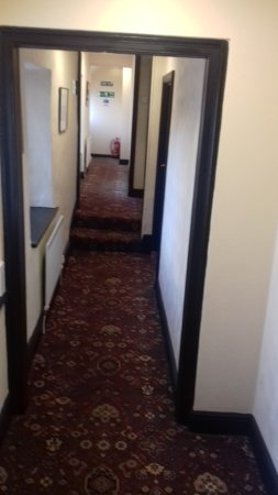 The Queens Head Inn : corridoor to rooms above the pub