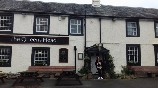 The Queens Head Inn : the front of the pub (minus the U )