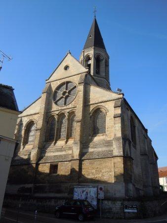 Louveciennes, France: L'arrière de l'église avec sa grande rosace en façade