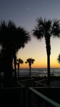 The Sandpiper Beacon Beach Resort: View of the grounds and beach at sunset