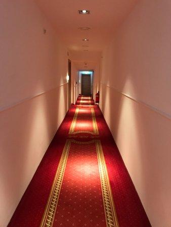 Drei Loewen Hotel: Flur zum Zimmer