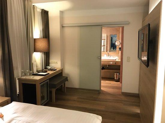 Drei Loewen Hotel: Geräumig, besitzt eine gefüllte Minibar