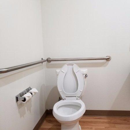Catoosa, OK: Clean toilet area.