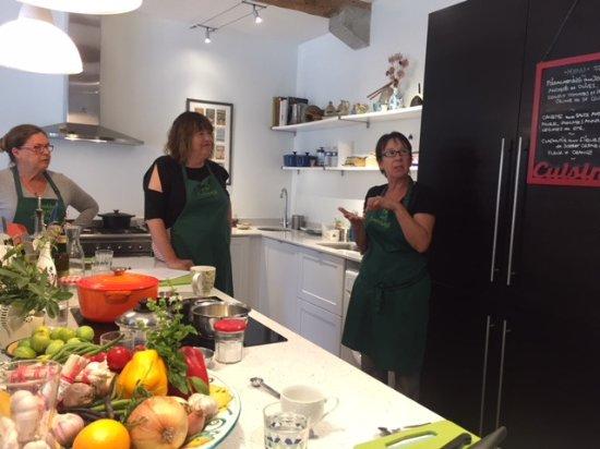 Trebes, Frankrike: Heather explaining the menu