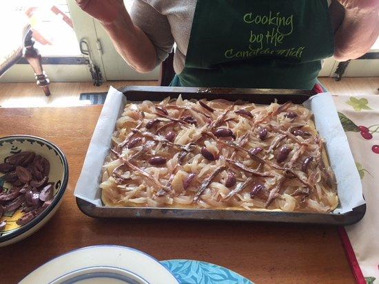 Trebes, Frankrike: Olive, anchovy, carmelized onion tart - double YUM!